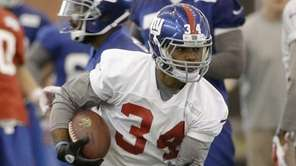 New York Giants running back Shane Vereen runs