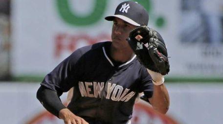 Steve Tolleson steals second base as Yankees shortstop