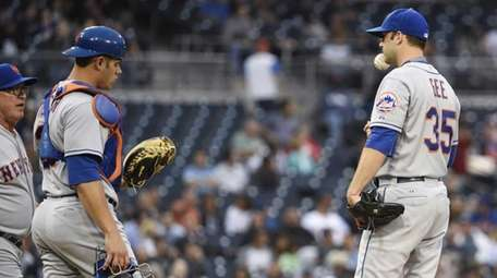 Dillon Gee of the New York Mets tosses