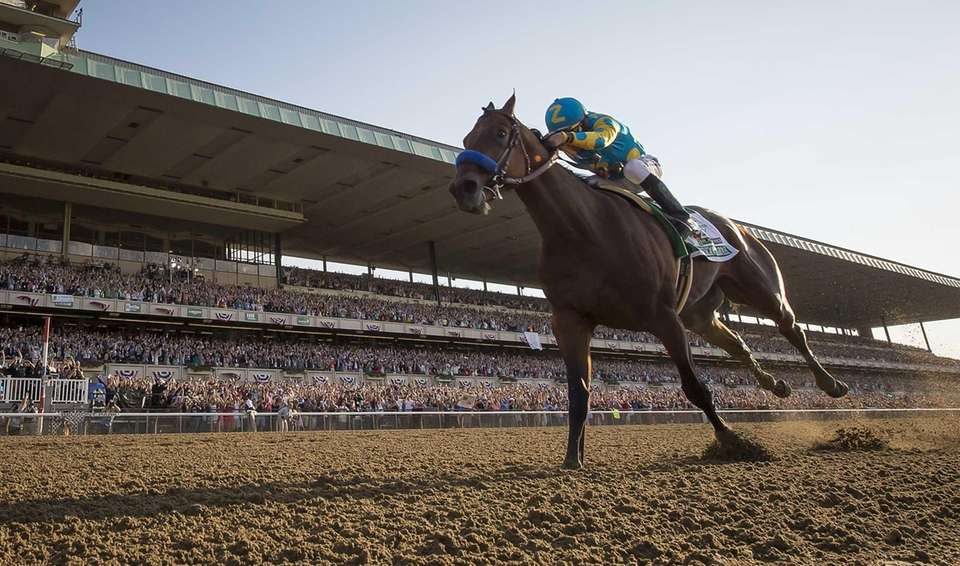 American Pharoah wins the Triple Crown in the