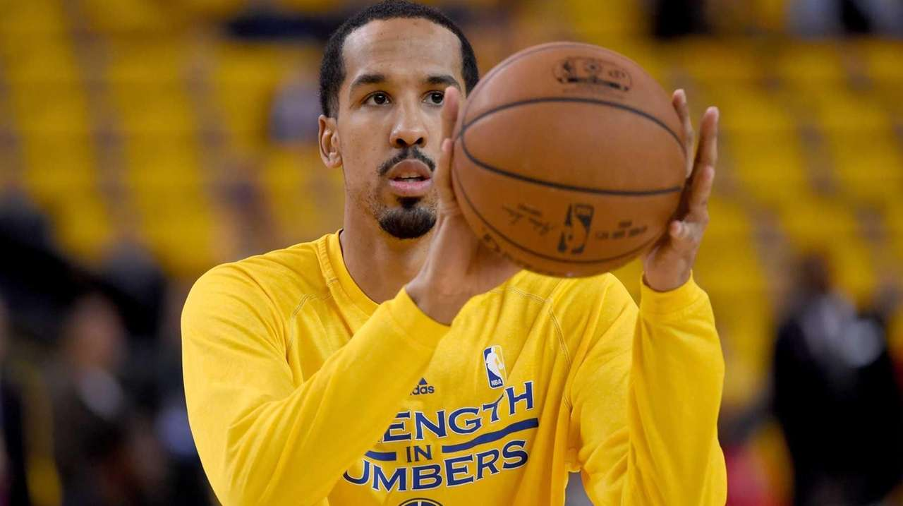 Shaun Livingston of the Golden State Warriors warms