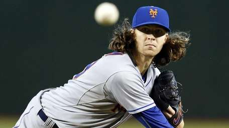 New York Mets pitcher Jacob deGrom throws in