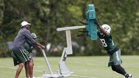New York Jets linebacker Erin Henderson, right, pushes