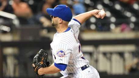 Mets pitcher Dillon Gee delivers a pitch that