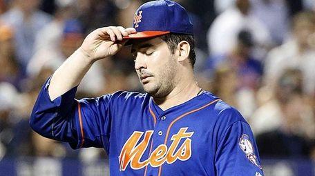 New York Mets starting pitcher Matt Harvey leaves