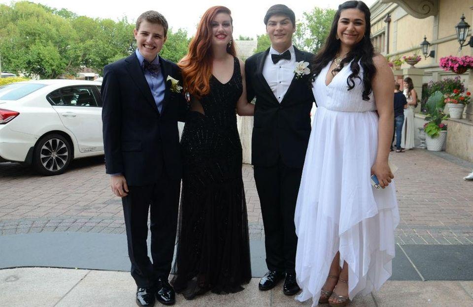 Roslyn High School students arrive at their senior