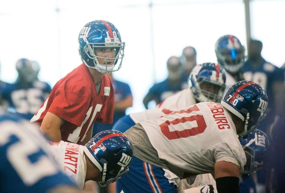New York Giants quarterback Eli Manning gets ready