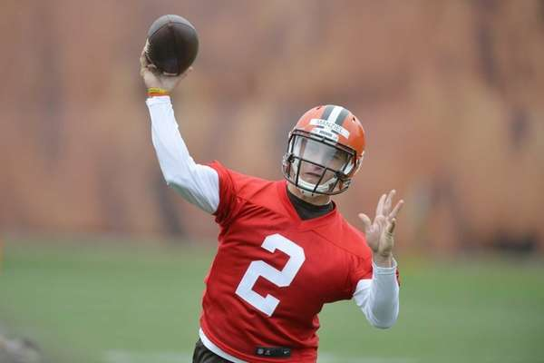 Cleveland Browns quarterback Johnny Manziel throws a pass