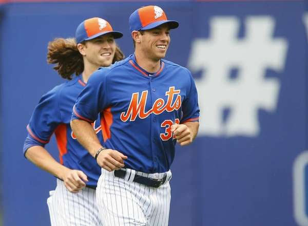 Steven Matz of the New York Mets warms