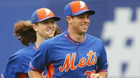 Steven Matz of the New York Mets warms