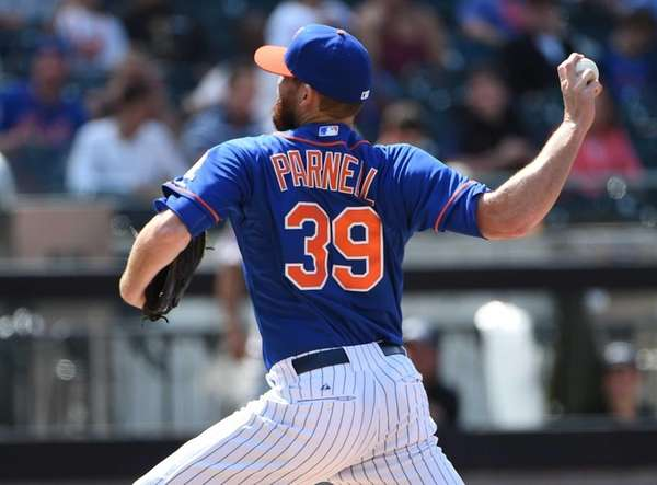Mets relief pitcher Bobby Parnell delivers a pitch