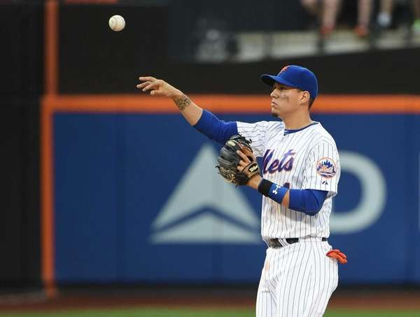 Mets second baseman Wilmer Flores throws against the