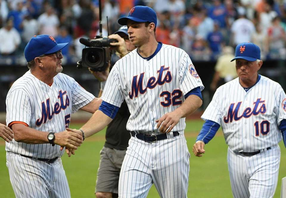 Mets pitching coach Dan Warthen congratulates Mets starting