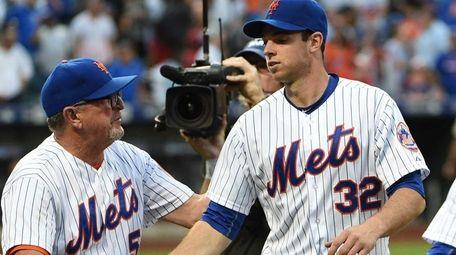 Mets pitching coach Dan Warthen congratulates Mets starting