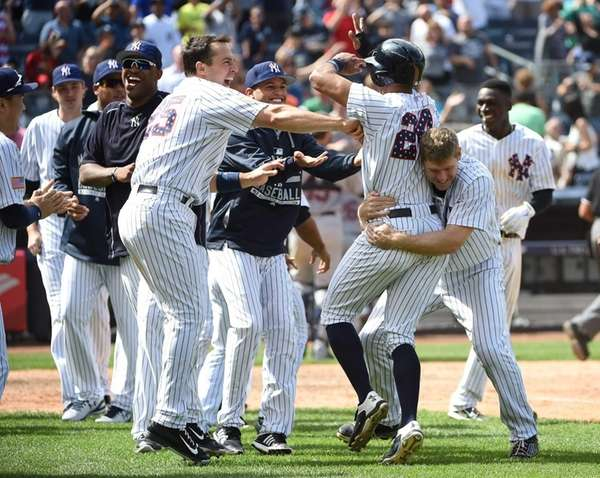 New York Yankees first baseman Mark Teixeira, left,