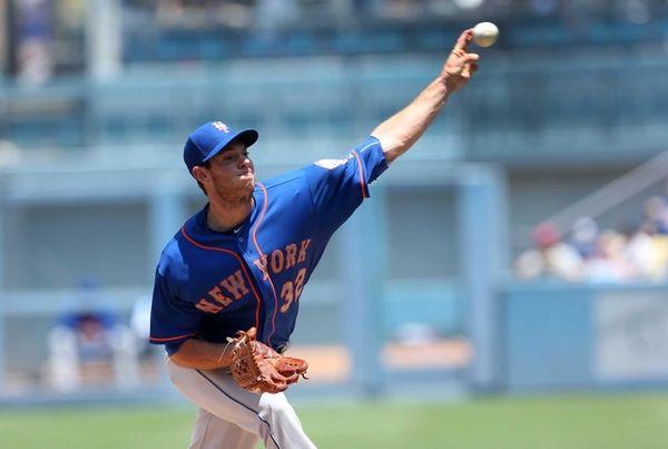 Steven Matz #32 of the Mets throws a