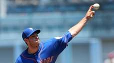 Steven Matz #32 of the Mets throws a