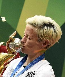USA midfielder Megan Rapinoe kisses the trophy next