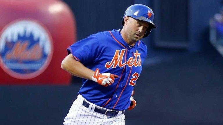 Michael Cuddyer of the New York Mets runs