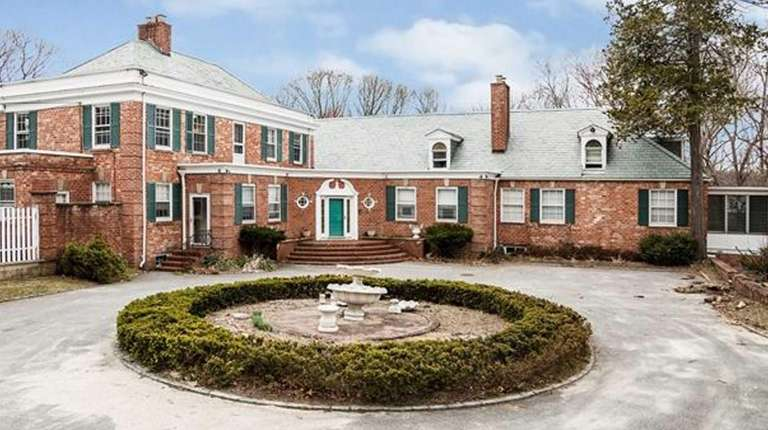 A Federal-style mansion on more than 13 acres