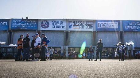 Islander fans standing outside Nassau Veterans Memorial Coliseum