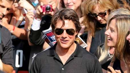 Tom Cruise does battle -- of the lips