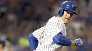 New York Mets second baseman Kelly Johnson looks