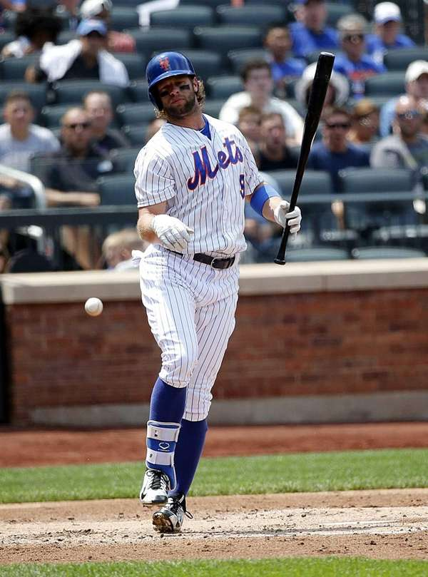 Mets leftfielder Kirk Nieuwenhuis is hit by a