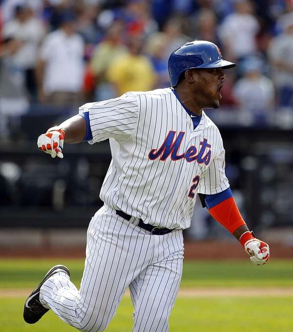 New York Mets third baseman Juan Uribe (2)