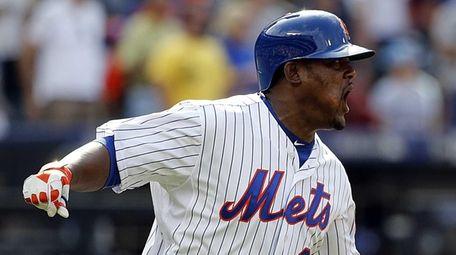 New York Mets third baseman Juan Uribe (2)