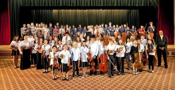 Long Island students play with conductor Itzhak Perlman