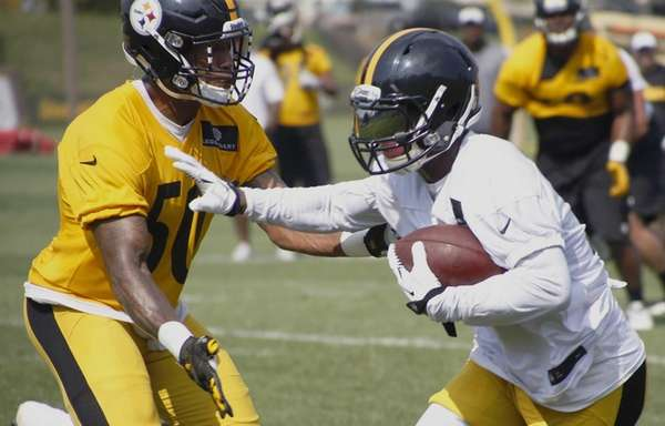 Pittsburgh Steelers running back Le'Veon Bell, right, runs