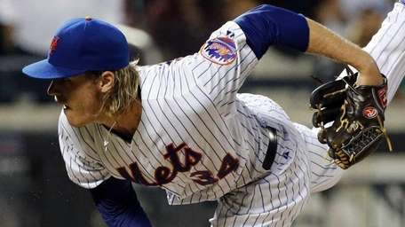 New York Mets starting pitcher Noah Syndergaard delvers