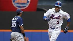 The New York Mets' Curtis Granderson (3) runs