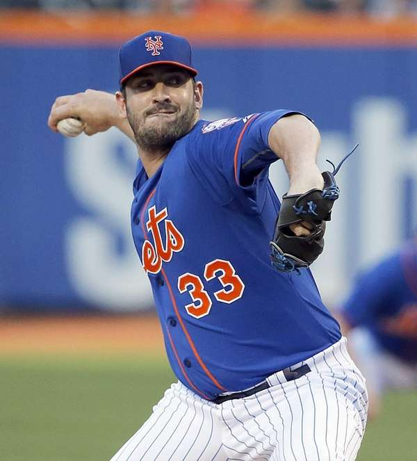 Mets starting pitcher Matt Harvey delivers in the