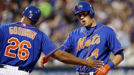 Mets first-base coach Tom Goodwin congratulates Mets shortstop