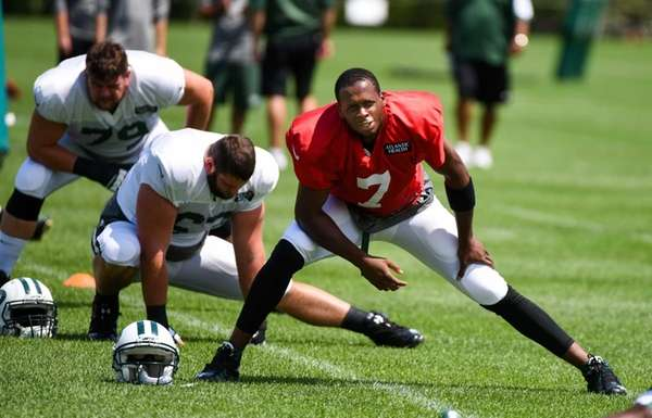New York Jets quarterback Geno Smith practices during