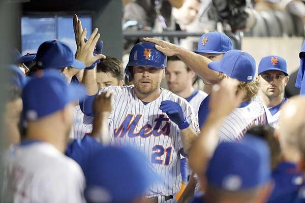 New York Mets first baseman Lucas Duda receives