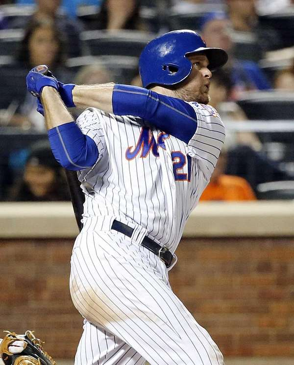 New York Mets first baseman Lucas Duda follows