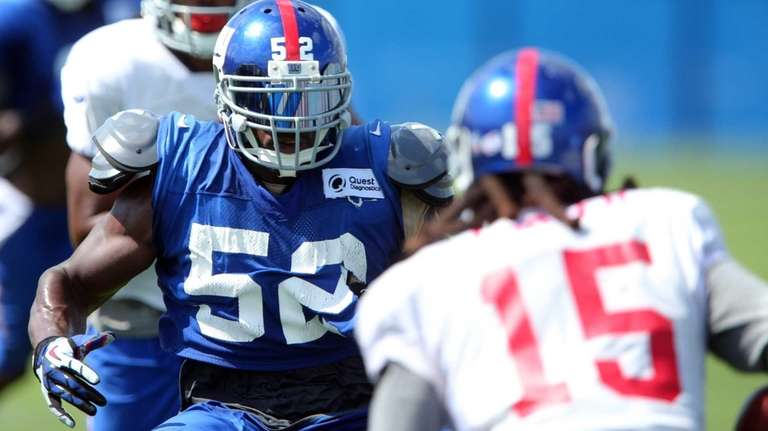 New York Giants linebacker Jon Beason lines up