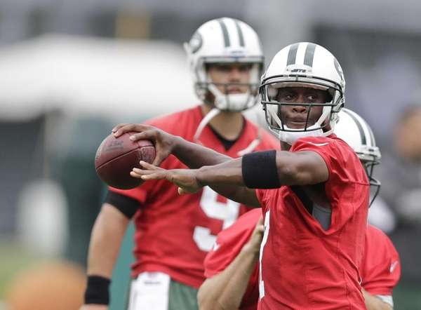 The New York Jets' Geno Smith throws a