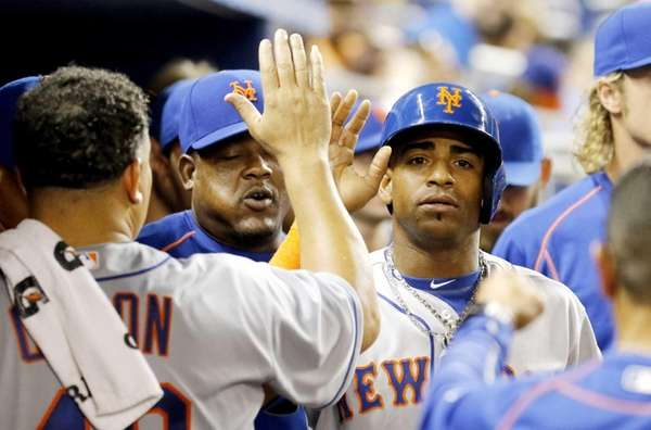 New York Mets hitter Yoenis Cespedes, right, is