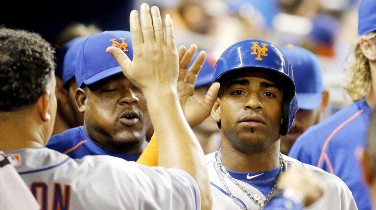New York Mets hitter Yoenis Cespedes, right, is