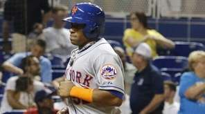 New York Mets outfielder Yoenis Cespedes, right, scores