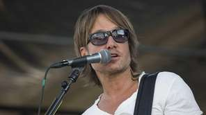 Keith Urban takes the stage for a soundcheck