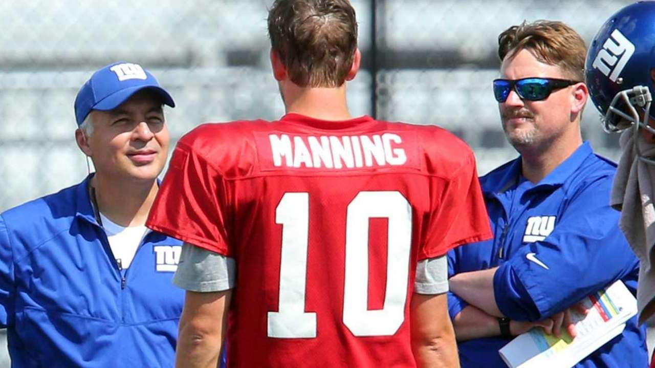 New York Giants quarterbacks coach Mike Sullivan, left,