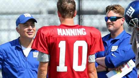 New York Giants quarterbacks coach Mike Sullivan, left,