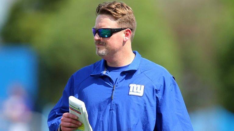 New York Giants offensive coordinator Ben McAdoo coaches