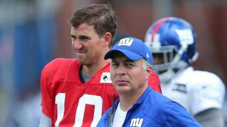 New York Giants quarterbacks coach Mike Sullivan, right,