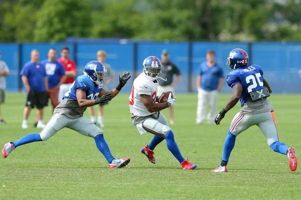 New York Giants wide receiver Victor Cruz catches